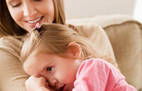 Поддержите ребенка и словесно, и телесными проявлениями