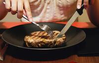 Как резать мясо за столом