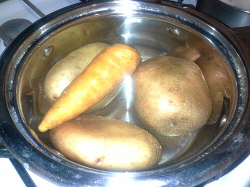 Сварите картошку и морковь для оливье
