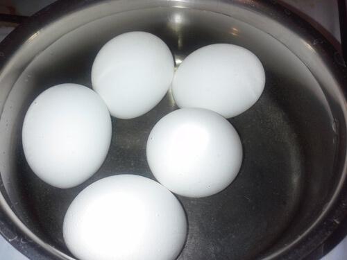 Сварите яйца для оливье