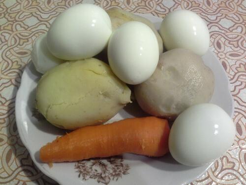 Очистите кожицу с корнеплодов и скорлупу из яйца для оливье